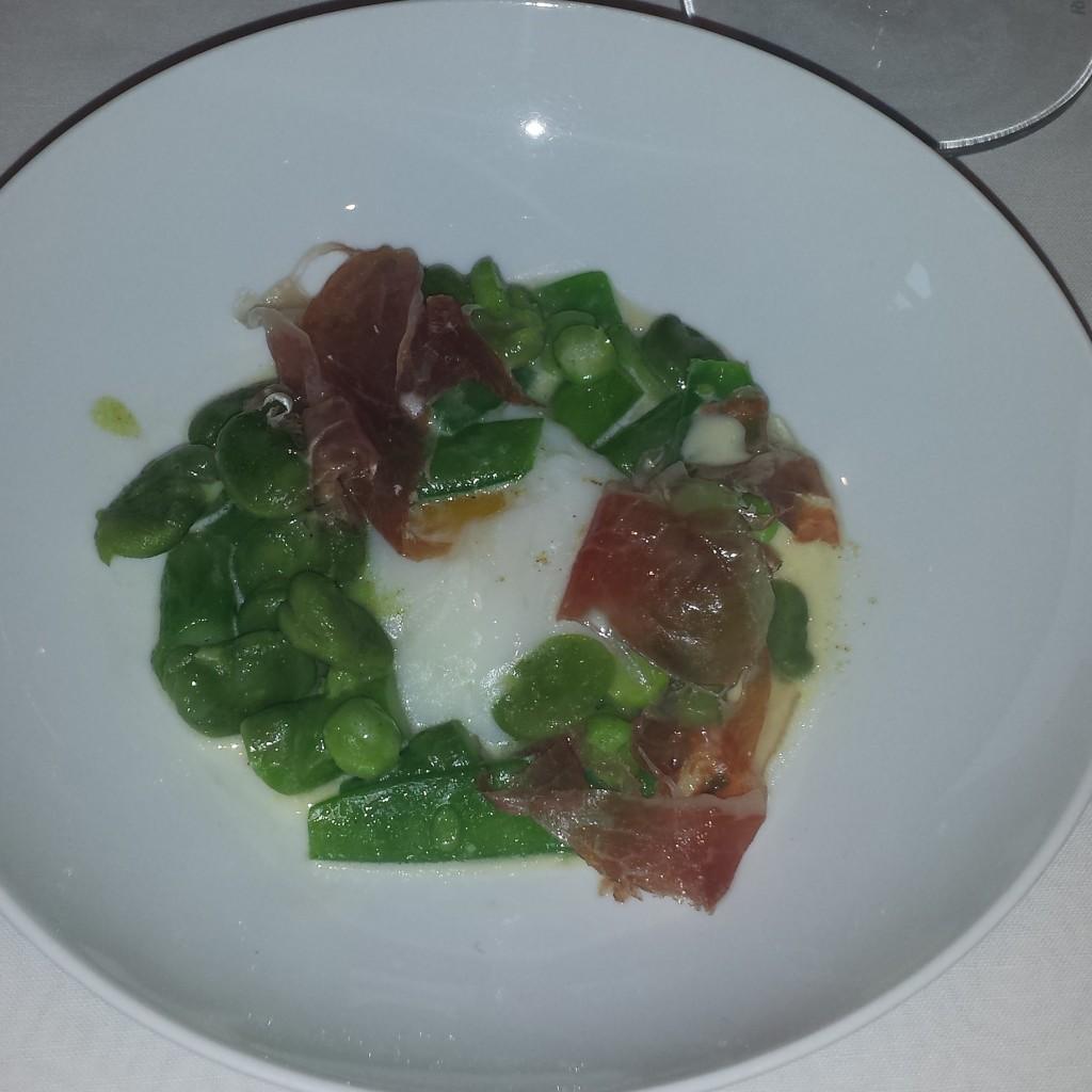 Van groene asperge, peulvruchten, Jabugo Iberico Bellota, gepocheerd hoeve ei